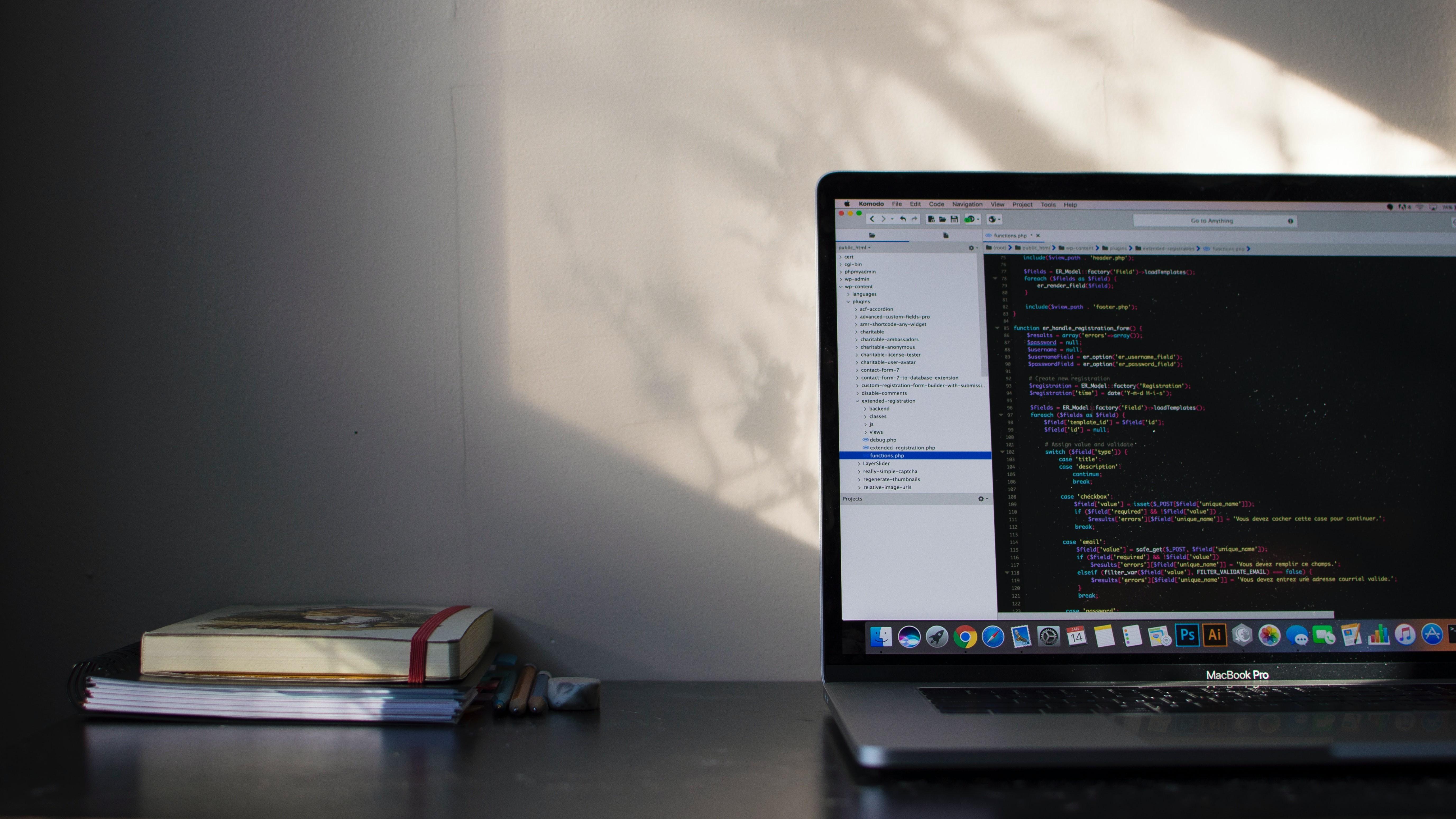 Apple alerta que cobrir webcam pode danificar a tela quando o notebook for fechado
