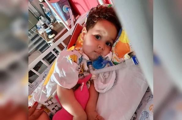 Família de bebê com doença rara recebe fortuna e viaja a Curitiba para aplicar remédio mais caro do mundo