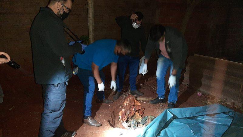 Peritos no local onde a ossada da vítima foi encontrada - Divulgação
